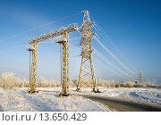 Купить «Металлические опоры линии электропередачи зимой с инеем на проводах», фото № 13650429, снято 20 ноября 2015 г. (c) Алексей Маринченко / Фотобанк Лори