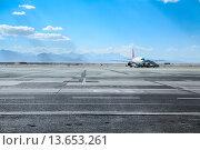 Купить «Авиалайнер на аэродроме», фото № 13653261, снято 6 ноября 2015 г. (c) Кекяляйнен Андрей / Фотобанк Лори