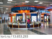 Купить «Магазин-ларек Duty Free в аэропорту Хургады, Египет», фото № 13653293, снято 6 ноября 2015 г. (c) Кекяляйнен Андрей / Фотобанк Лори