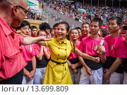 Купить «Chinese journalist jokes with man of Colla Vella Xiquets de Valls ´Castellers´ building human tower, a Catalan tradition Biannual contest  bullring Tarragona, catalonia,Spain», фото № 13699809, снято 20 февраля 2020 г. (c) age Fotostock / Фотобанк Лори