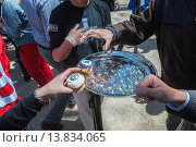 Купить «Happy hockey fans and other visitors get free promotional cupcakes in Madison Square Park in New York at the kick-off of the partnership between the NHL...», фото № 13834065, снято 21 апреля 2019 г. (c) age Fotostock / Фотобанк Лори