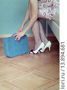 Купить «a woman in a negligee is sitting on a bed with a suitcase.», фото № 13894681, снято 19 апреля 2019 г. (c) age Fotostock / Фотобанк Лори