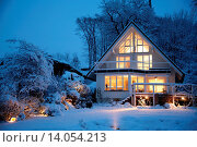 Купить «Exterior View Of A House, Illuminated, In Snow», фото № 14054213, снято 18 июля 2018 г. (c) age Fotostock / Фотобанк Лори