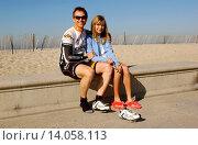 Phil Keoghan & daughter Elle - Santa Monica/California/United States - PHIL KEOGHAN KICKS OFF HIS CROSS COUNTRY BIKE RIDE (2009 год). Редакционное фото, фотограф visual/pictureperfect / age Fotostock / Фотобанк Лори