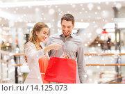 Купить «happy young couple with shopping bag in mall», фото № 14125073, снято 10 ноября 2014 г. (c) Syda Productions / Фотобанк Лори