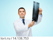 Купить «male doctor in white coat holding x-ray», фото № 14138753, снято 3 февраля 2015 г. (c) Syda Productions / Фотобанк Лори