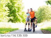 Купить «couple on rollerblades and bike showing thumbs up», фото № 14139109, снято 5 июля 2015 г. (c) Syda Productions / Фотобанк Лори