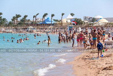 Взрослые и дети на пляже. Курорт Хургада, Египет