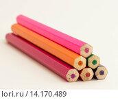 Несколько цветных карандашей сложены в пирамиду на белом фоне. Стоковое фото, фотограф Никита Юдин / Фотобанк Лори
