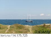 Купить «Яхта возле берега», фото № 14175725, снято 16 июля 2015 г. (c) Ивашков Александр / Фотобанк Лори