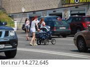 Купить «Люди переходят дорогу в неположенном месте. Олимпийский проспект. Москва», эксклюзивное фото № 14272645, снято 11 июня 2009 г. (c) lana1501 / Фотобанк Лори