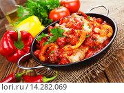 Купить «Цыпленок в соусе из помидоров и перца в сковороде и свежие овощи на столе», фото № 14282069, снято 30 ноября 2015 г. (c) Надежда Мишкова / Фотобанк Лори