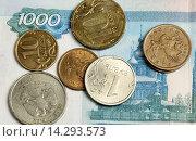 Купить «Монеты на купюре тысяча рублей», фото № 14293573, снято 1 декабря 2015 г. (c) Анна Зеленская / Фотобанк Лори