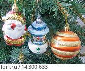 Купить «Елочные игрушки на новогодней елке», фото № 14300633, снято 28 ноября 2015 г. (c) Алексей Ларионов / Фотобанк Лори