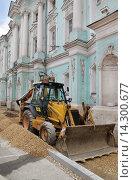 Купить «Москва, улица Покровка, дом 22, трактор стоит на тротуаре», эксклюзивное фото № 14300677, снято 14 июня 2014 г. (c) Dmitry29 / Фотобанк Лори
