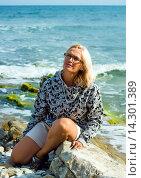 Женщина среднего возраста позирует на морском берегу. Стоковое фото, фотограф Кононенко Александр / Фотобанк Лори