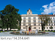 Купить «Namesti Kinskych square with Fontana Propadlist asu fountain and Justicni palac courthouse Smichov district Prague Czech Republic Europe», фото № 14314641, снято 14 сентября 2013 г. (c) age Fotostock / Фотобанк Лори