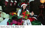 Купить «Девушка среди рождественских подарков», видеоролик № 14342713, снято 2 декабря 2015 г. (c) Сергей Мнацаканов / Фотобанк Лори