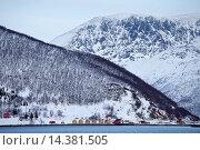 Купить «Homes and fishing huts in hamlet across fjord from Sandneshamnvegen 862 on Kvaloya Island, Tromso, Arctic Circle, Northern Norway», фото № 14381505, снято 20 января 2019 г. (c) age Fotostock / Фотобанк Лори