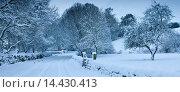 Купить «Traditional snow scene in a country lane in The Cotswolds, Swinbrook, Oxfordshire, United Kingdom», фото № 14430413, снято 21 июля 2018 г. (c) age Fotostock / Фотобанк Лори