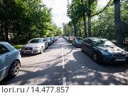 Автомобили припаркованы на городской улице (2012 год). Редакционное фото, фотограф Михаил Михин / Фотобанк Лори