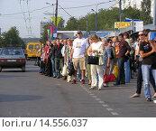 Купить «Скопление людей ожидающих транспорт на остановке. Уральская улица. Москва», эксклюзивное фото № 14556037, снято 5 сентября 2008 г. (c) lana1501 / Фотобанк Лори