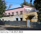Купить «Двухэтажный панельный дом, подготовлен к сносу. Нижняя Первомайская улица, 17. Москва», эксклюзивное фото № 14557869, снято 21 сентября 2008 г. (c) lana1501 / Фотобанк Лори
