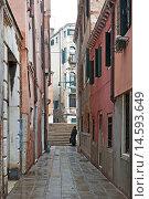 Купить «Narrow alley in Ghetto, , Sestiere Cannaregio, Venice, Veneto, Italy.», фото № 14593649, снято 15 декабря 2017 г. (c) age Fotostock / Фотобанк Лори