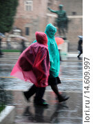 Купить «Tourists wearing plastic ponchos in rain on via dei fori imperiali street in rome italy», фото № 14609997, снято 21 сентября 2018 г. (c) age Fotostock / Фотобанк Лори