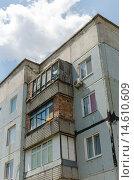 Купить «Верхняя часть старого панельного здания с самостоятельно застекленными балконами», фото № 14610609, снято 17 июля 2015 г. (c) Ивашков Александр / Фотобанк Лори