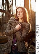 Девушка-модель в модном кардигане позирует в темном лесу. Стоковое фото, фотограф Pavel Reband / Фотобанк Лори
