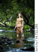 Дикая охотница-амазонка с копьем стоит в реке. Стоковое фото, фотограф Pavel Reband / Фотобанк Лори