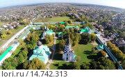 Купить «Полет над кремлем в городе Александров», видеоролик № 14742313, снято 26 июля 2015 г. (c) Юрий Губин / Фотобанк Лори