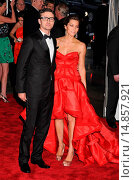 Justin Timberlake (wearing William Rast), Jessica Biel (wearing an Atelier Versace dress) at arrivals for The Model as Muse: Embodying Fashion Costume... (2009 год). Редакционное фото, фотограф Rob Rich/Everett Collection / age Fotostock / Фотобанк Лори