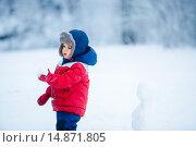 Купить «Маленький мальчик играет в снежки», фото № 14871805, снято 18 октября 2018 г. (c) Ирина Мойсеева / Фотобанк Лори