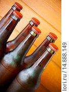 Купить «Пивные бутылки с красными крышками», фото № 14888149, снято 31 мая 2015 г. (c) Elena Molodavkina / Фотобанк Лори