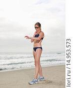 Купить «Runner taking pulse on beach», фото № 14953573, снято 30 декабря 2007 г. (c) age Fotostock / Фотобанк Лори