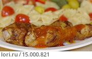 Купить «Жареные куриные ножки поливают соусом», видеоролик № 15000821, снято 18 ноября 2015 г. (c) Илья Насакин / Фотобанк Лори