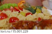 Купить «Паста с овощами и жареной курицей», видеоролик № 15001229, снято 18 ноября 2015 г. (c) Илья Насакин / Фотобанк Лори
