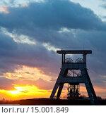 Купить «Das Doppelbock Foerdergeruest ueber Schacht 7 der Zeche Ewald bei untergehender Sonne, Herten, Ruhrgebiet, Nordrhein Westfalen, Deutschland, Europa.», фото № 15001849, снято 4 июля 2020 г. (c) age Fotostock / Фотобанк Лори