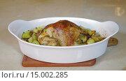 Купить «Рука посыпает зеленым луком запеченную курицу с картофелем», видеоролик № 15002285, снято 18 ноября 2015 г. (c) Илья Насакин / Фотобанк Лори