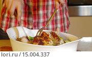 Купить «Мужчина разрезает приготовленную курицу», видеоролик № 15004337, снято 18 ноября 2015 г. (c) Илья Насакин / Фотобанк Лори