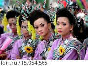 Купить «Eine traditionelle Tanz Gruppe zeigt sich an der Festparade beim Bun Bang Fai oder Rocket Festival in Yasothon im Isan im Nordosten von Thailand.», фото № 15054565, снято 23 июля 2019 г. (c) age Fotostock / Фотобанк Лори