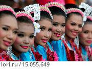 Купить «Eine traditionelle Tanz Gruppe zeigt sich an der Festparade beim Bun Bang Fai oder Rocket Festival in Yasothon im Isan im Nordosten von Thailand.», фото № 15055649, снято 23 июля 2019 г. (c) age Fotostock / Фотобанк Лори