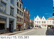 Купить «Туристы на улице Брюгге в солнечный день, Бельгия», фото № 15155381, снято 27 мая 2015 г. (c) Валерия Потапова / Фотобанк Лори