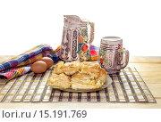 Купить «Греческий слоёный сырный пирог, нарезанный кусками, на столе крупным планом», фото № 15191769, снято 8 декабря 2015 г. (c) Татьяна Ляпи / Фотобанк Лори