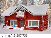 Купить «Крашенный красной краской рубленый дом-коттедж из оцилиндрованного бревна с крышей, покрытой снегом, на фоне зимнего леса в солнечный день», фото № 15287733, снято 20 января 2010 г. (c) Владимир Григорьев / Фотобанк Лори