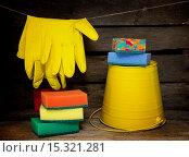 Купить «Хозяйственные перчатки, ведро и поролоновые губки. Готовимся к уборке», фото № 15321281, снято 7 декабря 2015 г. (c) Наталья Осипова / Фотобанк Лори