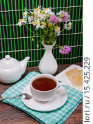 Купить «Чайный натюрморт с полевыми цветами», фото № 15425229, снято 6 октября 2015 г. (c) Алёшина Оксана / Фотобанк Лори