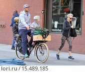 Купить «Liev Schreiber rides a bike with his two sons, Samuel and Alexander while his wife Naomi Watts jogs alongside before sprinting to keep up with the cycling...», фото № 15489185, снято 19 сентября 2014 г. (c) age Fotostock / Фотобанк Лори